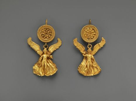 Met gold earrings
